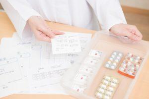 机の上に処方箋と薬