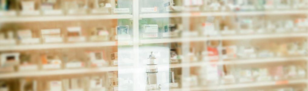 ガラス越しの調剤室