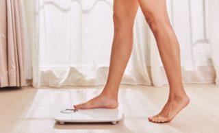 体重計に乗る足