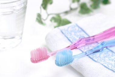 ピンクと青の歯ブラシ