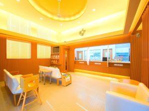暖色の照明と木目調の家具