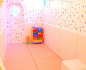 ピンク色の壁紙とおもちゃ