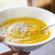 黄色いカボチャのスープ