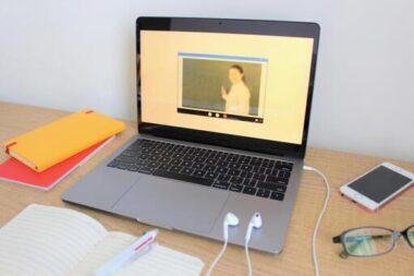 ノートパソコンの画面と文房具