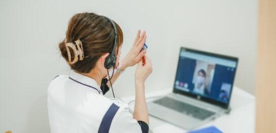 パソコン画面越しの白衣の女性